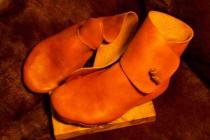 Chaussures XIème avec bouton en cuir