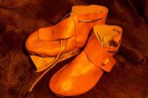 Chaussures XIème avec bouton en buis/os et lacet